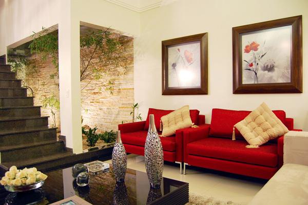 12-red-white-living-room-courtyard.jpg